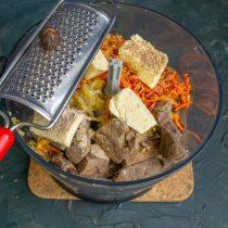 Добавляем размягченное сливочное масло, добавляем белый перец и мускатный орех