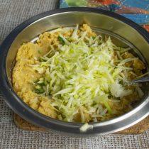 Натираем кабачок на крупной овощной тёрке, кладём в миску