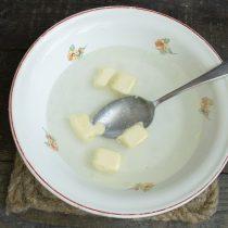 Насыпаем в тёплую воду сахар и соль, размешиваем, добавляем порезанный кубиками маргарин