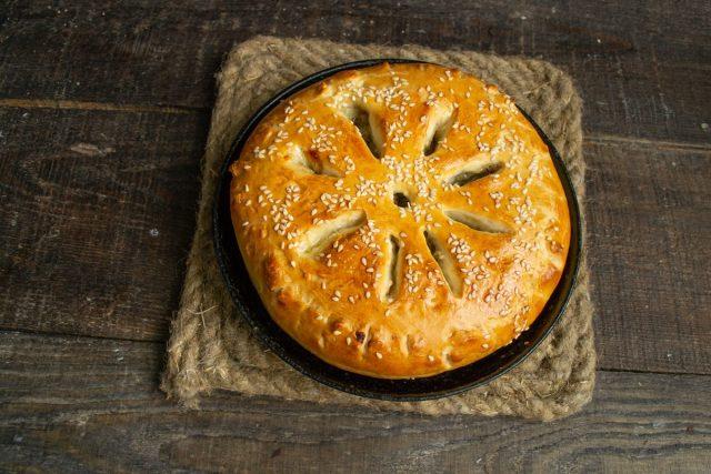 Пышный дрожжевой пирог с печенкой и луком готов