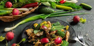 Тёплый диетический салат с куриной грудкой и шпинатом