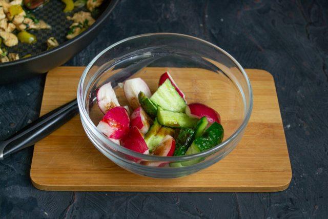Битые овощи нарезаем, перекладываем миску, поливаем капелькой соевого соуса
