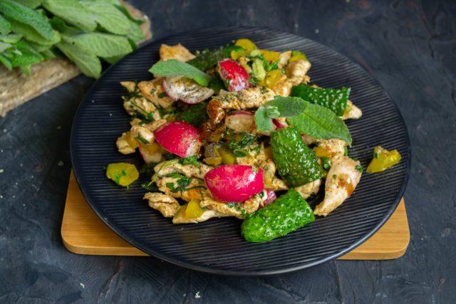 Смешиваем ингредиенты, сбрызгиваем уксусом и подаём диетический салат с куриной грудкой и шпинатом на стол