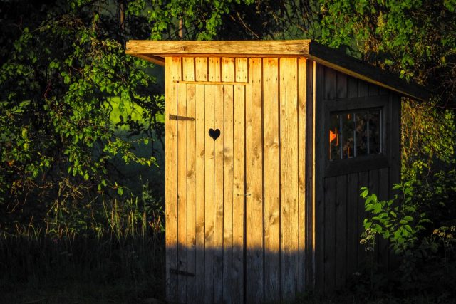 Пять шагов к дачному туалету, который не пахнет