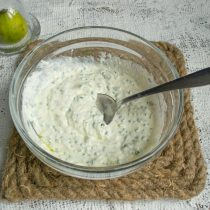 Солим по вкусу морской солью, перчим белым перцем, перемешиваем