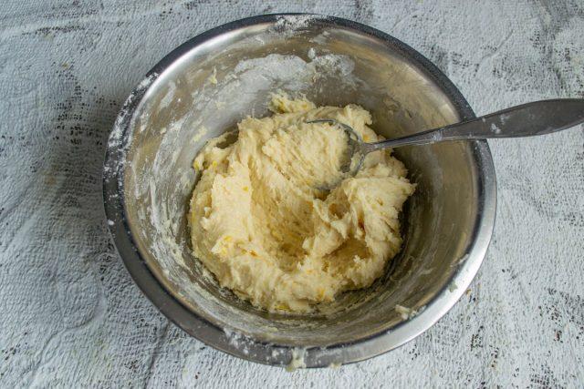 Замешиваем тесто ложкой, миску с готовым тестом убираем в морозильную камеру на 15-20 минут