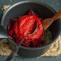 Кладём в сотейник томатное пюре