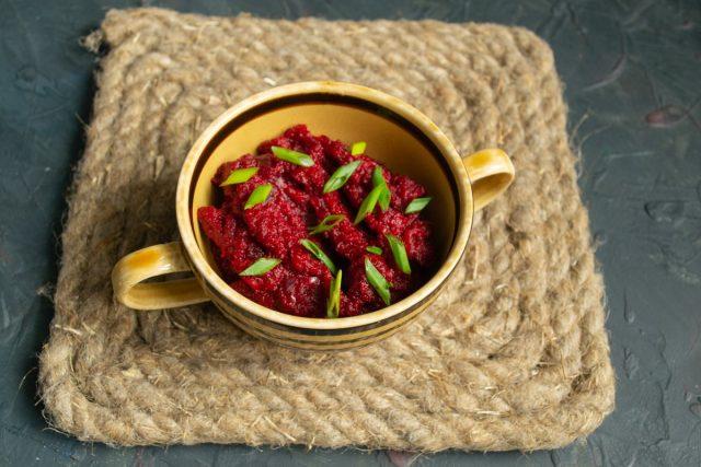 Кисло-сладкая свекольная икра с томатом и луком готова