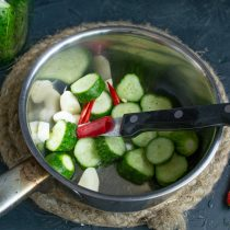 Нарезаем чили мелко и добавляем к остальным ингредиентам