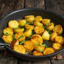 Переворачиваем картошку, насыпаем чесночные стрелки в сковородку