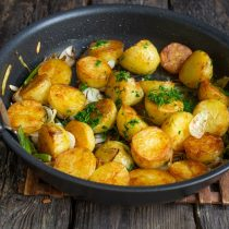 Жарим картошку ещё 5 минут, посыпаем мелко порезанным укропом, перемешиваем