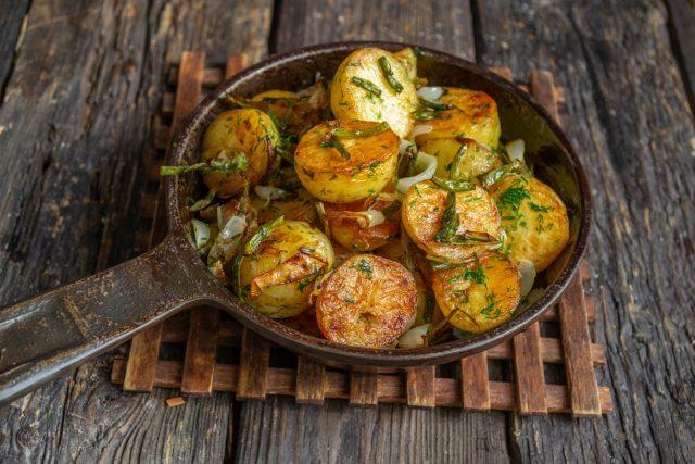 Молодая картошка, жаренная на сковороде с чесночными стрелками, готова