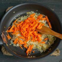 Добавляем морковку, обжариваем её вместе с луком ещё несколько минут