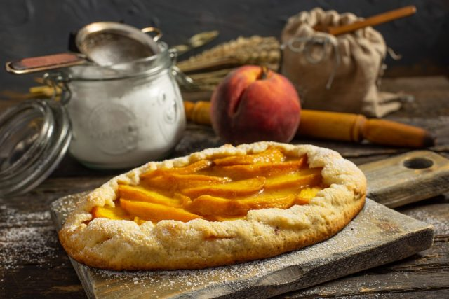 Галета с персиками — простой пирог из песочного теста