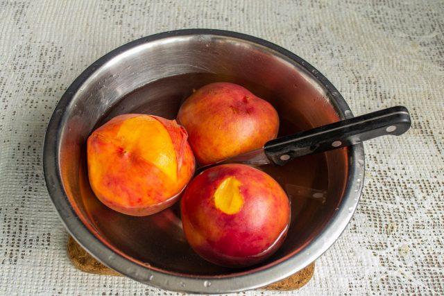 Очищаем фрукты от кожицы