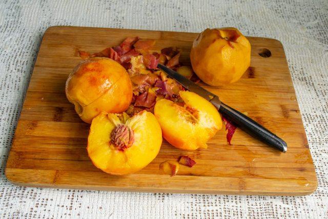 Разрезаем персики пополам, достаём косточки