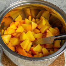 Нарезаем персики и кладём в кастрюлю