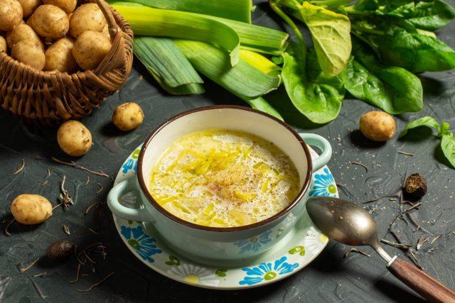 Летний сливочный суп со спаржей, молодым картофелем и луком пореем