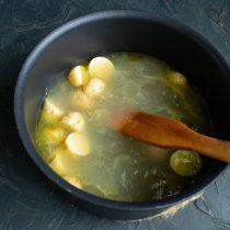 Наливаем куриный бульон, нагреваем до кипения, убавляем нагрев и готовим 5 минут