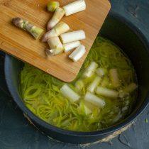 Кладём спаржу в кастрюлю, снова доводим суп до кипения, готовим 10 минут