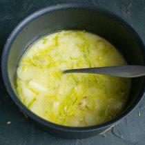 Доводим суп до кипения и сразу снимаем с огня, немного остужаем