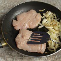 Ломтики филе надрезаем ножом, кладём мясо на сковороду к луку