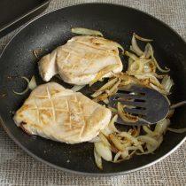 Обжариваем куриное филе с двух сторон