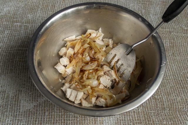Нарезаем поджаренное филе небольшими кубиками, перекладываем в глубокую миску, добавляем лук и масло со сковороды
