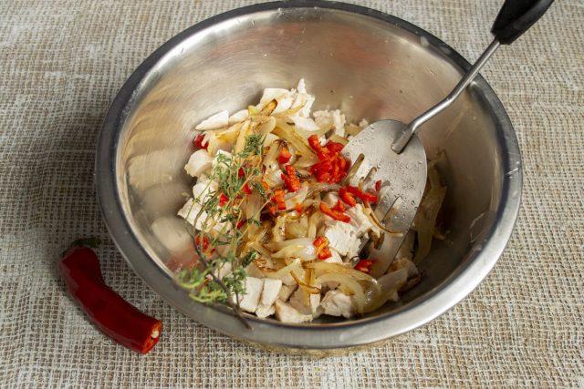 Добавляем в миску листики тимьяна и нарезанный чили