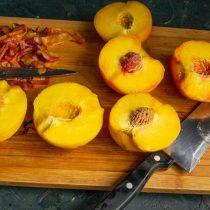 По бороздке разрезаем очищенные фрукты пополам, достаём косточки
