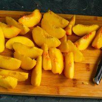 Нарезаем очищенные персики толстыми дольками