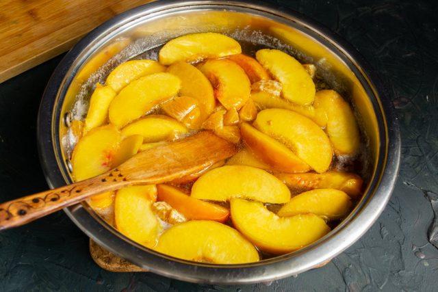 В кипящий сироп кладём нарезанные персики, на сильном огне доводим до кипения