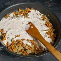Вливаем сметанный соус, перемешиваем и нагреваем