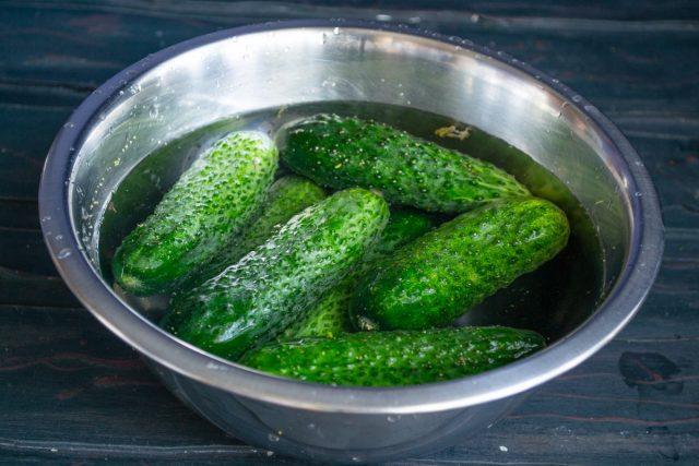 Огурцы замачиваем в холодной воде на 2-4 часа, промываем