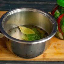 В рассол добавляем специи, нагреваем до кипения и варим 5 минут