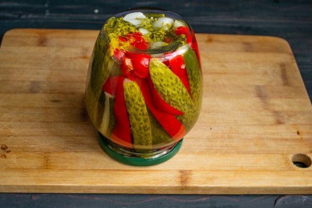 Маринованные огурцы с болгарским перцем на зиму готовы — пастеризуем и убираем на хранение