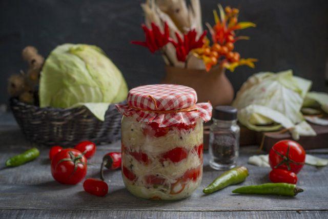 Квашеная капуста с помидорами и перцем чили по-венгерски