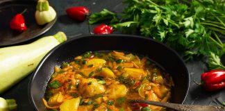 Простой картофельный суп с кабачком на говяжьем бульоне