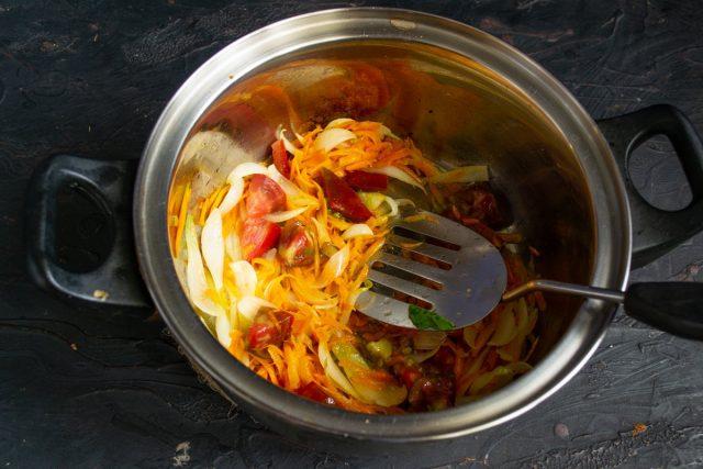 Обжариваем овощи на небольшом огне до мягкости, добавляем нарезанные помидоры