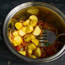 Нарезанную картошку отправляем в кастрюлю к пассерованным овощам