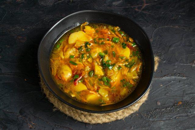 Простой картофельный суп с кабачком на говяжьем бульоне готов
