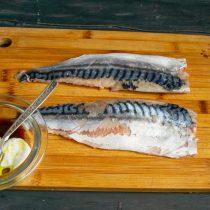Снимаем с рыбы тонкую кожицу и делаем приправу