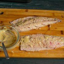 Натираем смесью филе рыбы с двух сторон
