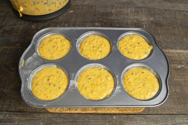 В форму выкладываем тесто для маффинов