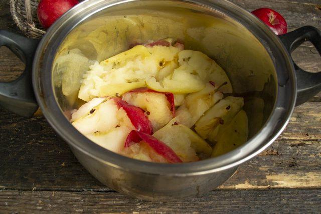 Распариваем яблоки на умеренном огне 10-15 минут