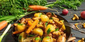 Ароматный картофель, тушенный с грибами и курицей