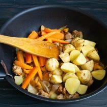 Кладём нарезанный картофель и морковь