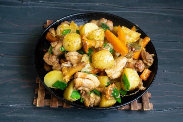 Ароматный картофель, тушенный с грибами и курицей, готов