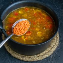 Насыпаем в кастрюлю рыжую чечевицу, варим суп, солим и перчим