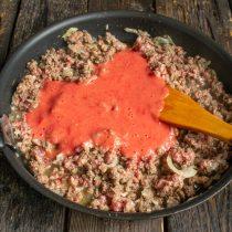 Мякоть помидоров измельчаем блендером, добавляем в сковороду